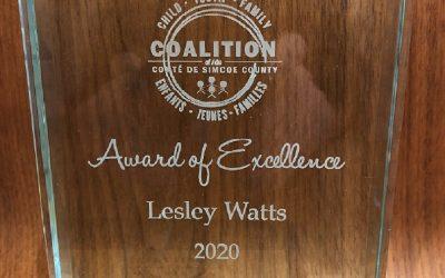 La gestionnaire de programme PACE / PCNP, Lesley Watts, reçoit le prix d'excellence de la Simcoe County Coalition